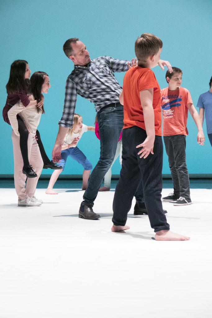 jeunes dansant art à l'école