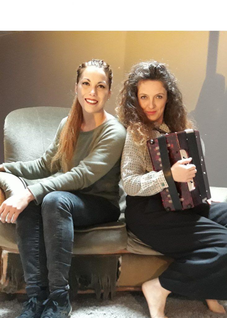 Deux femmes, celle de droite jouant de l'accordéon