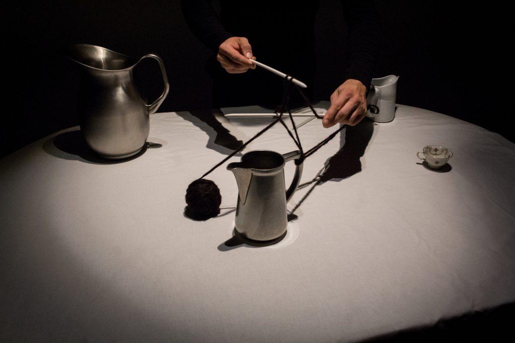 Alexis Rouvre pratique du théâtre d'objets sur table
